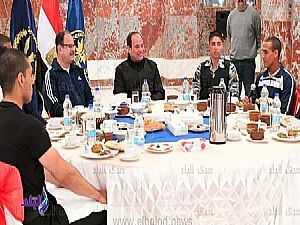 السيسي يتناول الإفطار مع طلبة كلية الشرطة