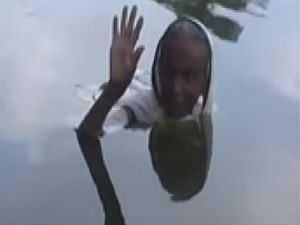 امرأة تعيش في بحيرة