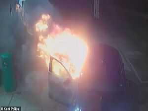 بلطجية يشعلون النار في تاكسى