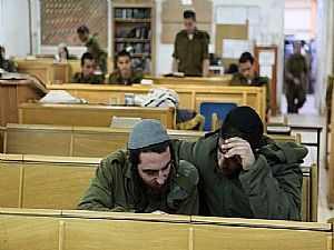 """جنود متشددين فى الجيش الإسرائيلى من كتيبة """"نيتسا يهوديا"""" يدرسون التوراة"""