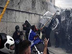 شاهد.. اشتباكات عنيفة بين المتظاهرين والشرطة اليونانية وإصابة 10 ضباط