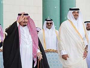 """شاهد الملك سلمان يؤدي """"العرضة"""" في قطر"""