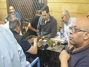 شاهد رد فعل الناس.. فيديو لعلاء مبارك يلعب «الطاولة» بمقهى شعبي