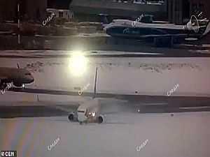 طائرة يبتلعها الجليد السميك