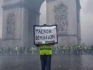 متظاهرة تطالب برحيل ماكرون