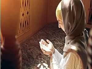 هل يجب على المرأة لبس الجورب أثناء الصلاة .. فيديو