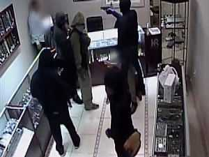 أول فيديو للسطو المسلح على محل مجوهرات