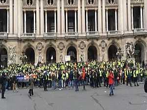 محتجون يرتدون سترات صفراء